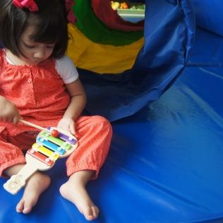 clipedi niña tocando piano
